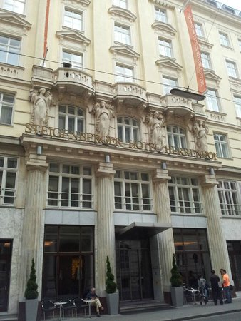 Steigenberger Hotel Herrenhof Wien: ingang hotel