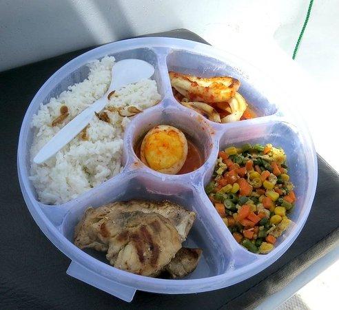 Raja Ampat Dive Lodge: Lunch box yang terdiri dari sayur, grilled fish dan cumi saus asam pedas