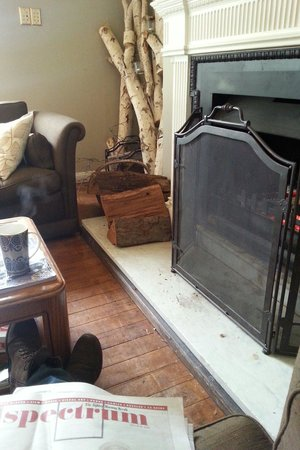 Edgelinks Country House: The fireplace in the common room
