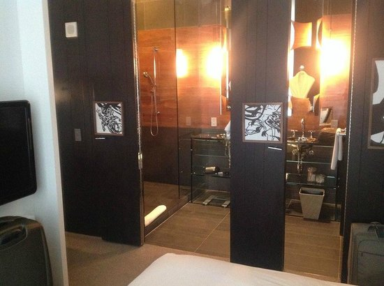Andaz 5th Avenue: Bathroom with open, folding doors