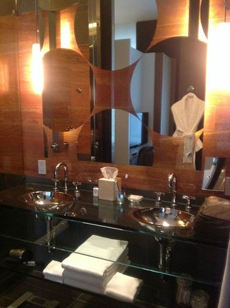 Andaz 5th Avenue: Bathroom with two washbasins