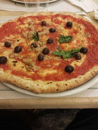 Pizzeria Trianon: Pizza tonno e olive nere