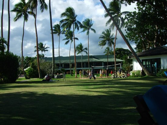 Naviti Resort: view of one block of rooms,with a game of volley ball in progress