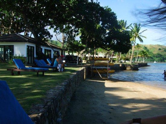 Naviti Resort: view along the beach front