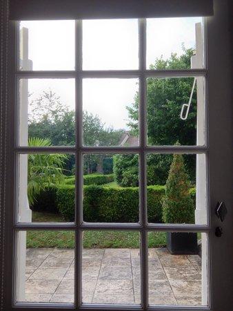 Le Clos Pasquier: Vue sur le jardin depuis notre chambre