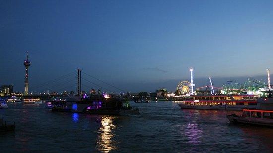Rheinufer: Kirmes