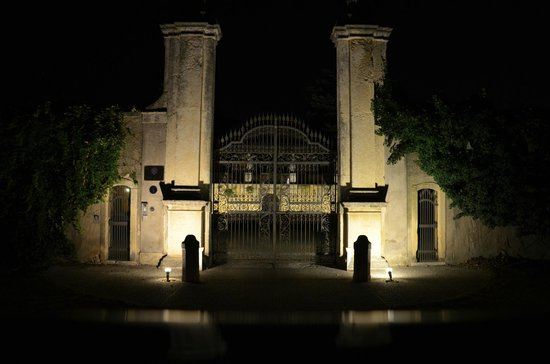 Villa d'Acquarone: Gate to the property at night