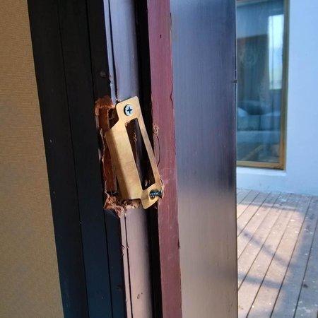 Lehuo Holiday Villa: broken door