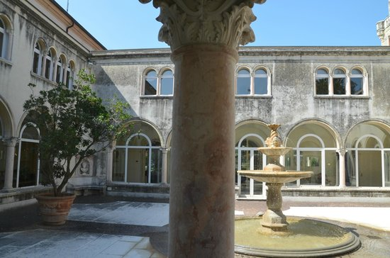 Villa d'Acquarone: The atrium to relax in