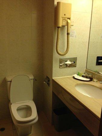 The Cityview Hong Kong: Bathroom (with bathtub!)