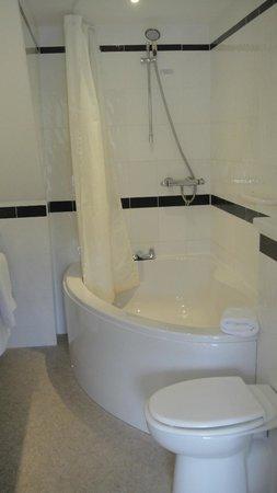 Bodkin House Hotel: Corner bath
