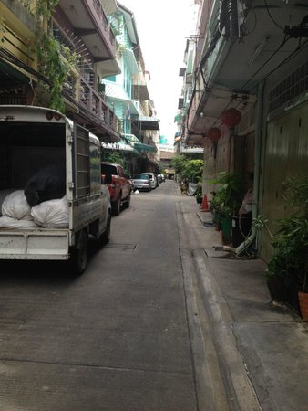 Cozy Bangkok Place Hostel: The gorgeous little back street it sits on.