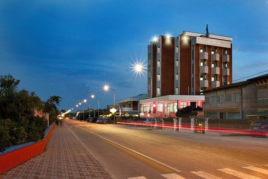 Hotel Ambassador: Hotel by night