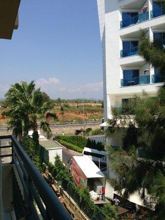 Meryan Hotel: Вид на соседний отель и горы вдалеке