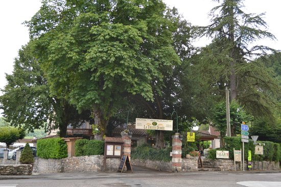 Hôtel La Truite Dorée : entrée du restaurant