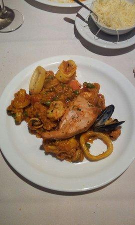 Isidora: A paella é ótima e vem em quantidade grande, é para duas mas serve três tranquilamente