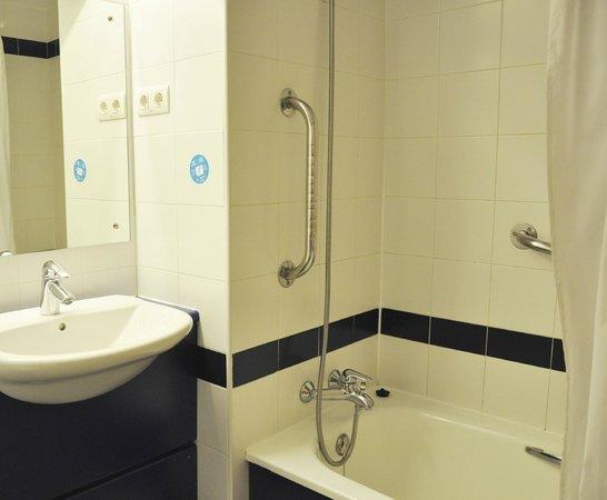 Travelodge Torrelaguna Madrid: Bathroom with bath