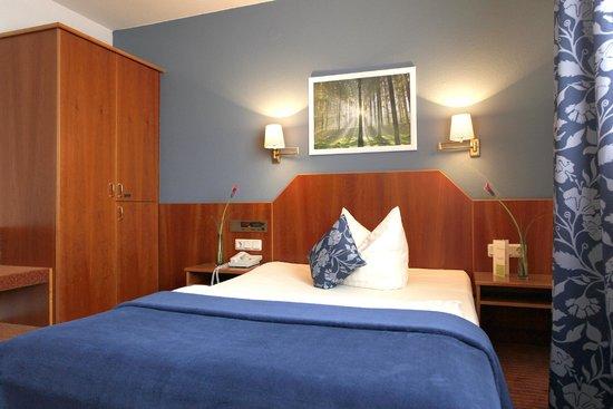 Kleefelder Hof Hotel : Businesszimmer mit Französischem Bett