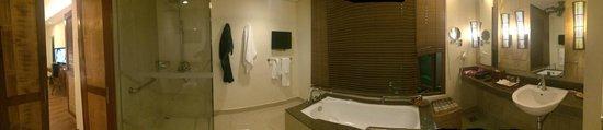 Crimson Resort and Spa, Mactan: bathroom