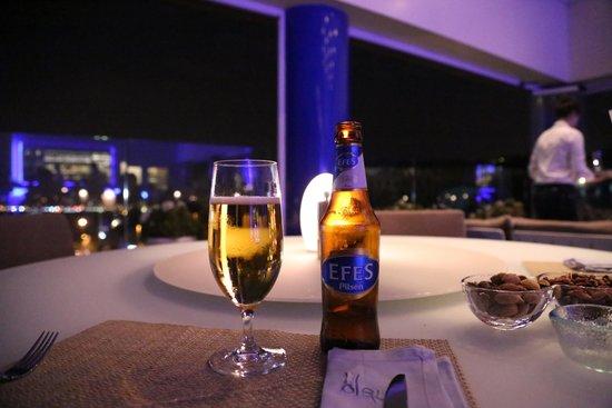 The Ritz-Carlton, Istanbul: 夜景を楽しめる半野外のラウンジ