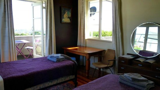 Kiwi Heritage Home Stay: Karekare twin room with balcony