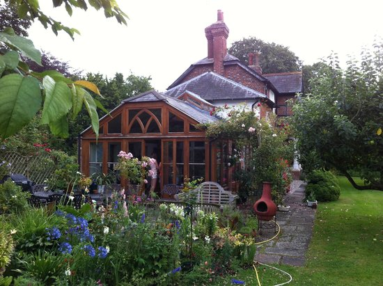 The Old School House: Garden and breakfast room
