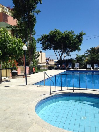 Leonidas Studios & Appartments : Pool area