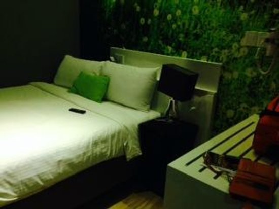 J8 Hotel : Nice bed, nice wallpaper, nice asymmetric bed