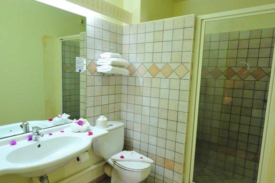Karibea Resort Sainte Luce Amyris : une des deux salles de bain d'une junior suite au Karibea Resort Sainte Luce hôtel Amyris