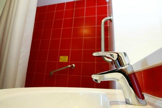 Travelodge Madrid Alcala: Bathroom - Disabled gripping
