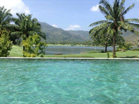 Tinidee Hotel Phuket: Бассейн Tinideeи с видом на пруд и гольф поле