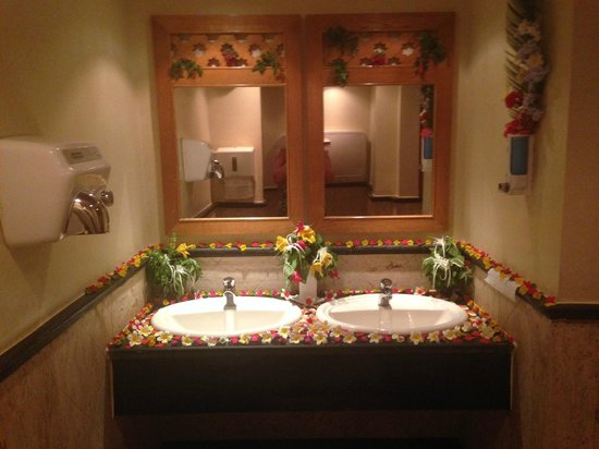 The Makadi Palace Hotel: Beautiful flower display in one of the communal ladies bathrooms