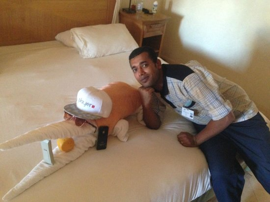The Makadi Palace Hotel: Abdullah the cleaner with our towel crocodile!!