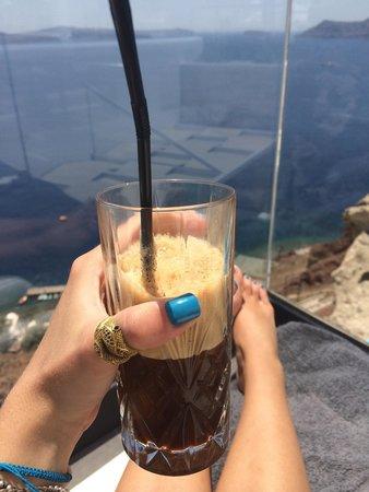 Santorini Secret Suites & Spa: Yummy frappe at the pool