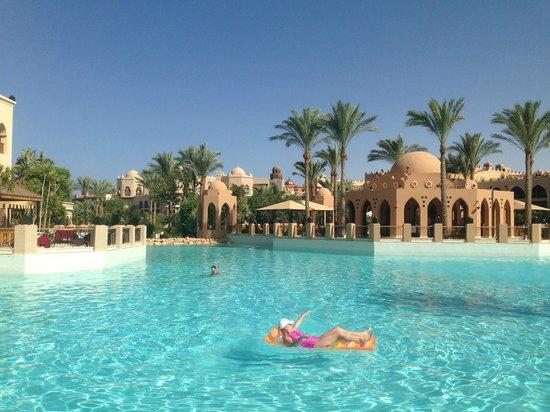 The Makadi Palace Hotel: Pool next to Rendevouz Restaurant