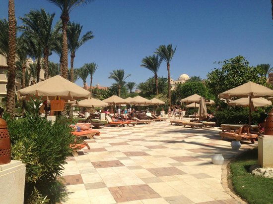 The Makadi Palace Hotel: Pool area as you approach from the beach
