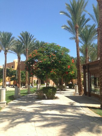 The Makadi Palace Hotel: Path to hotel from the beach