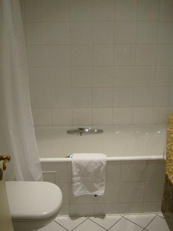 Hotel Elysee Etoile: clean bathroom