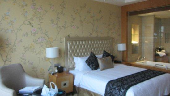 Binjiang International Hotel : Good bed, warm wall paper.