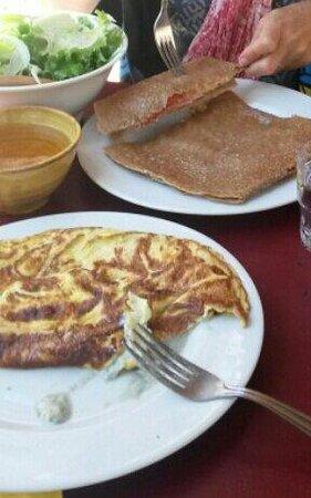 Café du Mas Guilhou : Une crêpe et l'omelette au roquefort