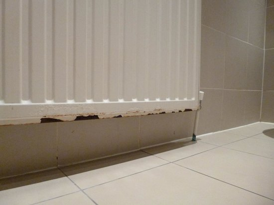 54 Boutique Hotel : Rusty Radiator in Bathroom.....
