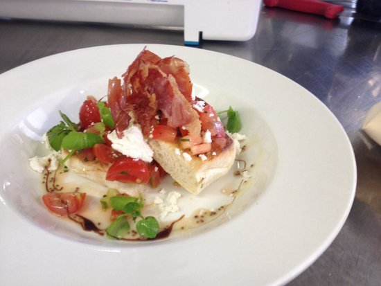 The White Hart Hotel Restaurant: Tomato and basil bruschetta with goats cheese and air dried ham