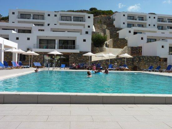 Ariadne Beach: Piscinne et chambres
