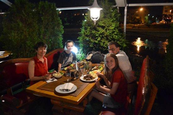 Restoran Brajlovic: tavoli lungo il fiume