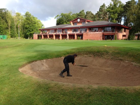 Bothwell Castle Golf Club: Raking bunkers
