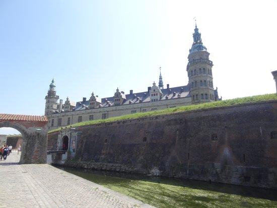 Château de Kronborg : Kronborgs slott gömmer sig bakom vallgravens murar