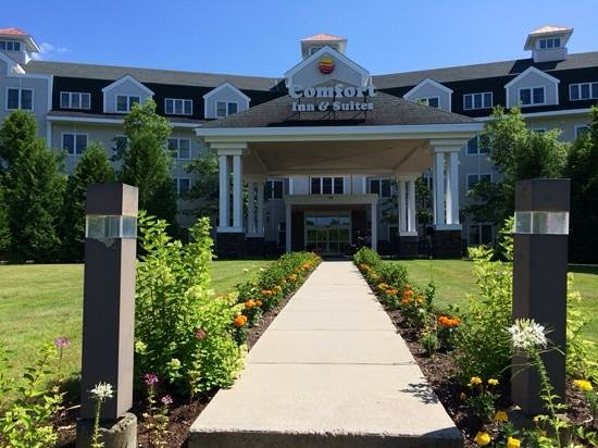 Comfort Inn & Suites Near Burke Mountain: Attractively Landscaped Comfort Inn