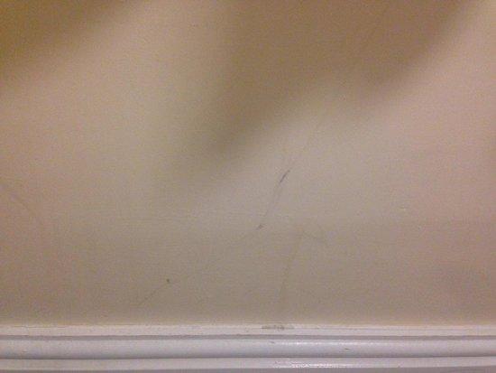 Europa Gatwick Hotel: Wall marks