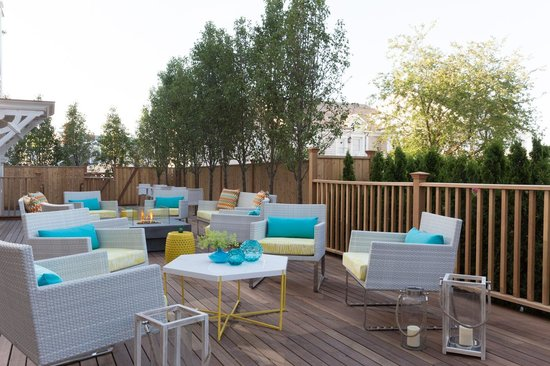 21 Broad Hotel : Nantucket hotel outdoor guest lounge with firepit