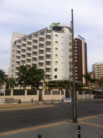 Riviera Beachotel: Hotel from across the road